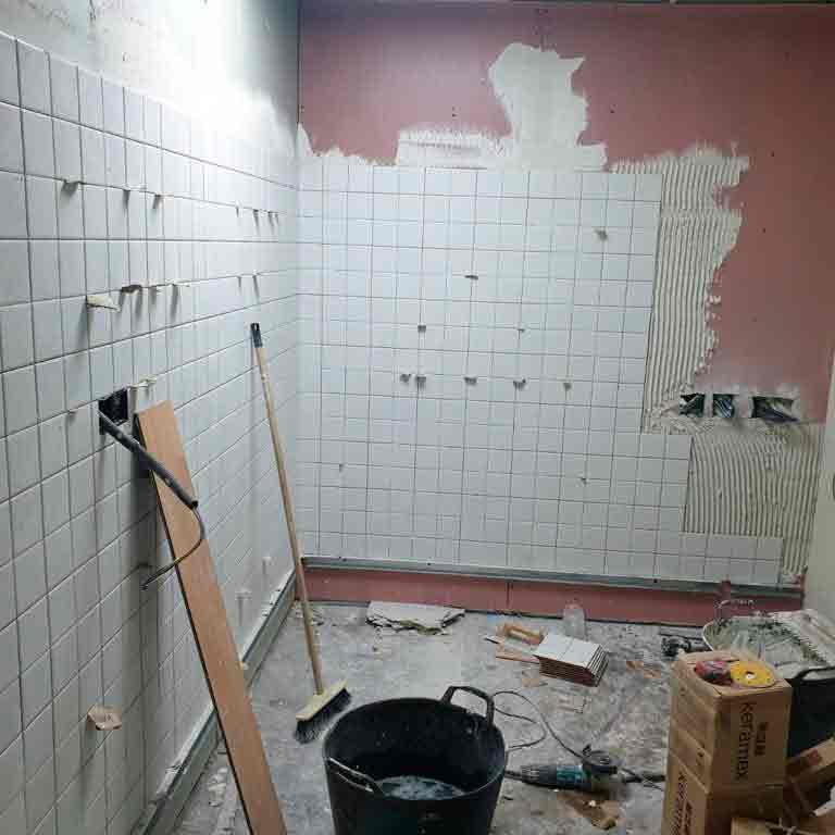 Pared de azulejos en junto a materiales de albañilería