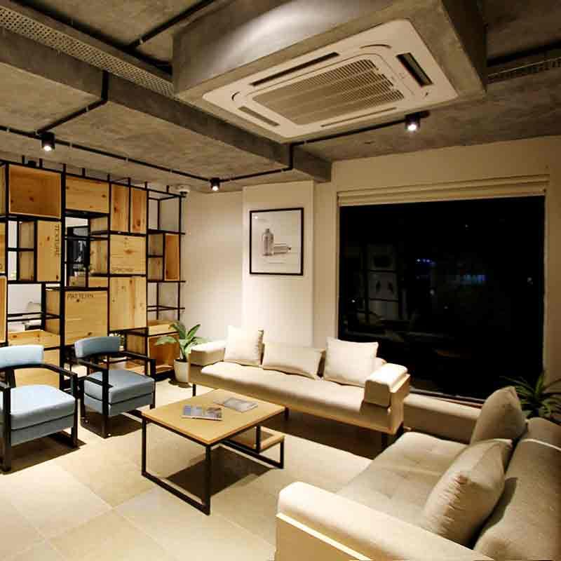 Salón con sofás grandes e instalación de aire acondicionado