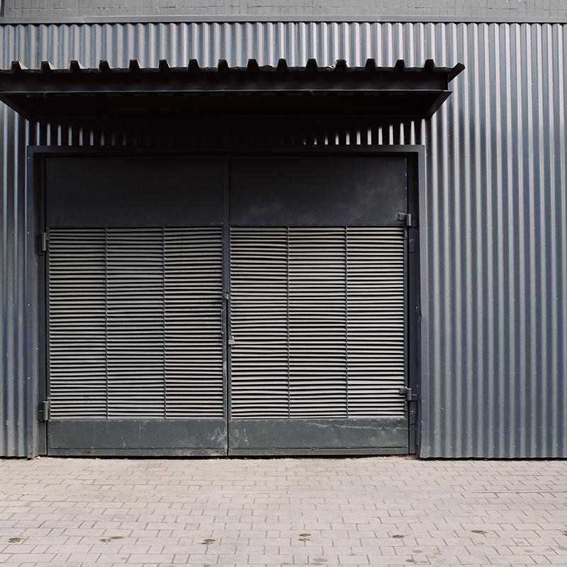 Puerta de entrada nave industrial