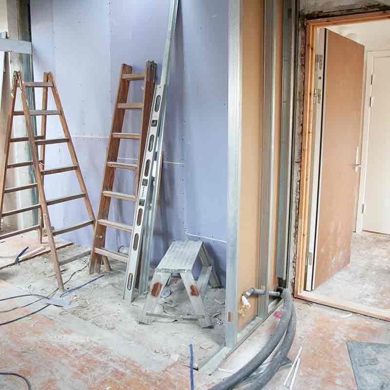 Local en construcción con varias escaleras