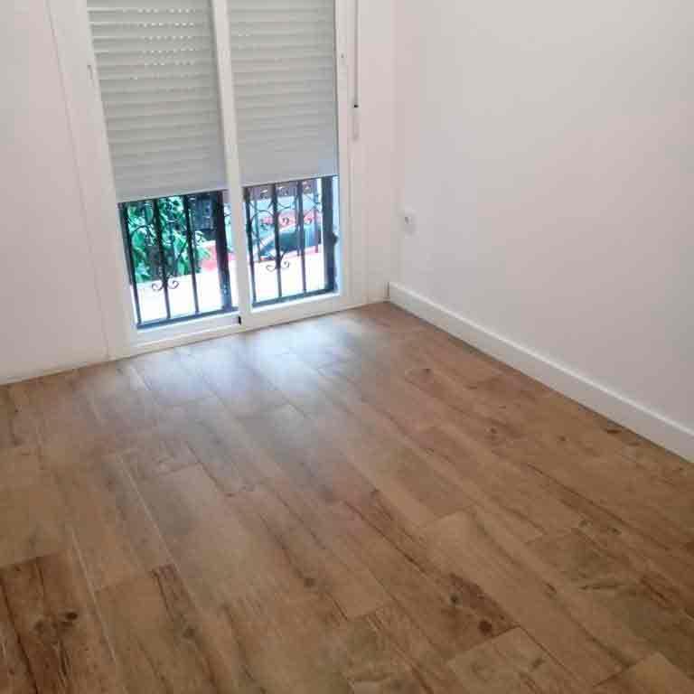 Suelo de madera y ventana entrebaierta